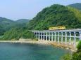 海沿いの鉄橋を走る気動車