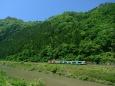 久慈川沿いを走るキハE130系