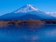 凍結の精進湖と富士山