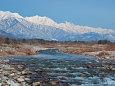 清流と雪山