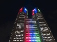 都庁5輪色ライトアップ