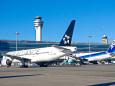 羽田空港・管制塔と全日空機
