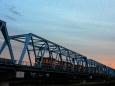 夕暮れの多摩川鉄橋を渡る